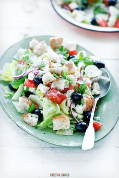 Sałatka grecka z grzankami i sałatą lodową | Kwestia Smaku