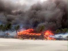 Incêndio atinge pelo menos 11 quiosques em praia de Guarujá +http://brml.co/1aDL44y