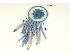 Táto dekorácia je tradičný indiánsky amulet, používa sa na zachytenie negatívnej energie a zlých snov, ktoré uviaznu vo vypletanej sieti uprostred. Ružový sen je uháčkovaný z bavlnenej priadze na drevenom kruhu, dozdobený prírodnými drevenými korálkami a pierkami a strapcami z tričkovlny.