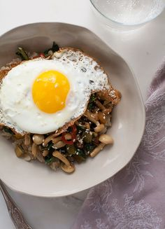 Healthy Dinner For One: Enoki + Chard Mushroom Stir-Fry Enoki Mushroom Recipe, Mushroom Stir Fry, Mushroom Recipes, Healthy Dinner For One, Paleo Dinner, One Person Meals, Meals For One, Low Carb Recipes, Cooking Recipes