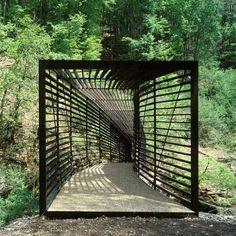 Pont suspendu conçu pour se fondre dans la nature / Passerelle L'Areuse / Neuchâtel / Suisse