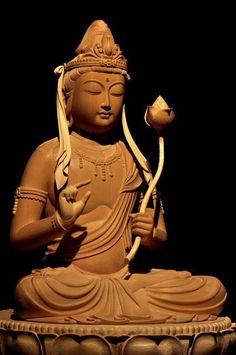 勢至菩薩坐像 智慧の光により菩薩心の種子を与え、その光によって衆生を救う菩薩。うま年の守り本尊、十三仏の一周忌本尊として知られている。観音菩薩が宝冠の前面に化仏を表すのと対照的に、勢至菩薩は水瓶を付けることが多い。 ◆このお姿は半眼で、左手に持たれた未敷蓮華(ハスの蕾)を、右手で開花させようとする印相をとっておられます。