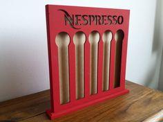 Feito exclusivamente para armazenar cápsulas de café Nespresso!    Ideal para presentear os amantes do bom café!    Fazemos nas cores: Preto, Vermelho, Branco, Rosa Pink, Azul e Amarelo.    (Preço Unitário - Vendidos separadamente)