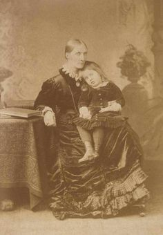 Virginia Stephen Woolf as a child, with her mother Julia Prinsep Duckworth Stephen (née Jackson)