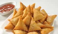 Moong Daal Samosa Recipe - Have had enough of aloo filled samosas? Then try making these moong dal samosas at home. Iftar, Indian Snacks, Indian Food Recipes, Chicken Samosa Recipes, Recipe Chicken, Punjabi Samosa, Indian Samosas, Side Dishes, Snacks