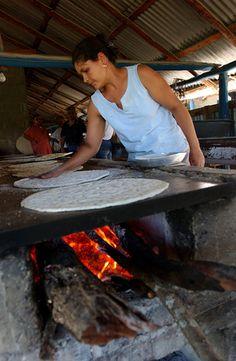 Basilia Duran, horneando el casabe. Santiago Rodríguez 1 | Flickr - Photo Sharing!