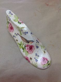 Shoes forms, decoupage by M. Shoe Molding, Shoe Stretcher, Wooden Shoe, Driftwood Projects, Painted Shells, Decoupage Art, Old Shoes, Shoe Last, Shoe Tree