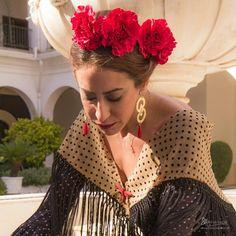 📸⚘Colección Flamenca 2018   CLAVELES   Blanco Azahar  El Clavel. Una de las preferidas y solicitadas para la #feriadeabril2018. 🚨No dejéis… Floral, Dresses, Fashion, Hydrangea Corsage, Orange Blossom, Carnations, New Trends, Flamingo, Fotografia