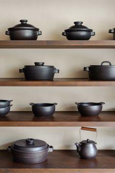 さまざまな個性に彩られた土鍋100点が店内に並ぶ