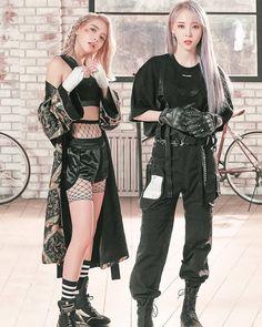 Moonbyul y solar Kpop Fashion, Girl Fashion, Mamamoo Moonbyul, Solar Mamamoo, Asian Babies, Kpop Outfits, Korean Girl, Korean Idols, Gothic Fashion