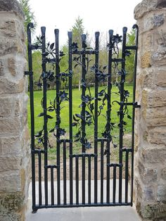 One gate design present the exterior part of the house. So this part must be modern and stylish (Elegant Gate Design You Will Definitely Love To See). Iron Gate Design, Fence Design, Garden Design, Metal Gates, Wrought Iron Fences, Iron Garden Gates, Fence Styles, Entry Gates, Iron Doors