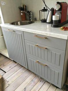 Bänkskiva svart-grå. Faktum. IKEA Mått: längd 1,86, djup 0,6 och höjd ca 4 cm. Använd men ok skick. 250 kr Bild 2 Bänkskåp Faktum, bredd 60 cm, djup 60.Omonterat, nytt.250 kr. Bild 3 Faktum fläktskåp 60x92 med grå Ståt luckor. 2x30x92. pris: 450 kr... Outdoor Furniture, Outdoor Decor, Outdoor Storage, Kitchen Cabinets, Paint, Home Decor, Picture Walls, Decoration Home, Room Decor