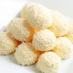 These delicious white chocolate Limoncello truffles look amazing and taste refreshing! A touch of Limoncello liqueur adds extra flair to these nice, mini white truffles. The method is so easy and … Italian Cake, Italian Desserts, Just Desserts, Dessert Recipes, Chocolate Blanco, Love Chocolate, Sweet Table Wedding, Butter Mints, White Truffle