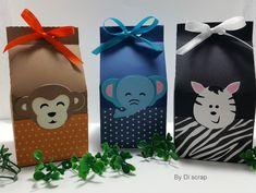 Caixinha - Milk - Safari <br>Caixinha - Milk - Safari perfeita para servir como embalagem de lembrancinhas nos momentos mais felizes de sua vida . A caixinha é confeccionada em papel de gramatura 180 e com técnicas de scrapbook. Os Apliques em scrapbook podem ser personalizados conforme o tema de sua festa. As caixinhas podem ser personalizadas com o nome do homenageado, consulte-nos!! <br>As cores, padronagem, e dimensões da caixinha podem ser modificados conforme a necessidade do cliente… Safari Party Decorations, Party Themes, Baby Shower, Shower Party, Noahs Ark Theme, Birthday Hampers, Sweet Magic, Jungle Party, Favor Bags