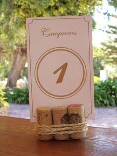 Numero de mesa decorados con corchos de vinos.