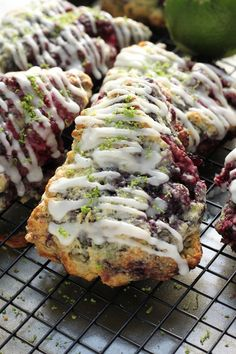 Blackberry Lime Scones – Baker by Nature Blackberry Lime Scones – Buttery Scones packed with juicy Blackberries and topped with a Luscious Lime Glaze! Isagenix, Empanadas, Baking Scones, Bread Baking, Dessert Halloween, Dessert Crepes, Delicious Desserts, Yummy Food, Savory Scones