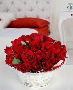 Şık camda 30 adet kırmızı gül Kırmızı gül, büyük aşkın simgesidir. İçinizde gizli kalan derin duygular, bırakın saklandıkları yerden çıksın, sevdiğinizin kulağına, söylemek istediğiniz en derin aşkınızı fısıldasın. Cam vazodaki bu kırmızı güller, sakladığınız aşkınızı sevdiğinize söylemek için bekliyor.