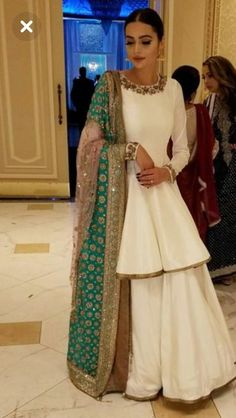 New Rock Indian Wedding India 56 Ideen - Things to Wear - Hochzeit Pakistani Bridal Dresses, Indian Bridal Wear, Pakistani Dress Design, Indian Wedding Outfits, Pakistani Outfits, Indian Wear, Indian Outfits, Latest Pakistani Fashion, Indian Wedding Fashion