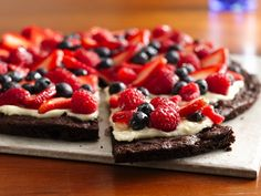 Gluten-Free Brownie and Berries Dessert Pizza Want to wow a chocolate-craving crowd? Make a sweet dessert pizza topped with a creamy layer and tart berries. Related posts: Brownie and Berries Dessert Pizza Butternut Squash Pizza Dessert Pizza, Bbq Dessert, Pizza Fruit, Dessert Recipes, Raw Recipes, Fruit Dessert, Dessert Ideas, Fruit Pie, Strawberry Pizza