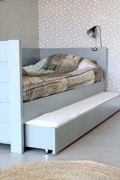 Stoere bedbank Sam in het grijs. De la onder het bed kun je gebruiken om je…