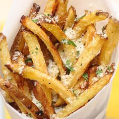 Garlic Parmesan Frites (And they sound awesomely yummy!) I wonder if these are like the Pomme Frites at Disneyland? Skinny Recipes, Ww Recipes, Side Dish Recipes, Cooking Recipes, Side Dishes, Cookbook Recipes, I Love Food, Good Food, Yummy Food