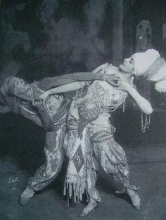 ¤ Adolf Bolm et Flore Revalles dans le ballet Schéhérazade de Rimsky-Korsakoff (1910), via Flickr.