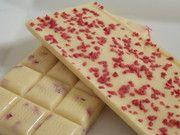 weiße Erdbeerschokolade mit getr. Rosenblüten und Erdbeercrispies