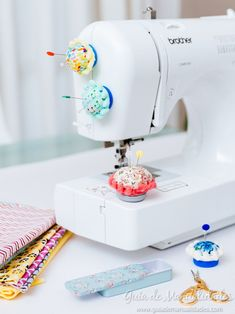 Mobile pin cushion for your sewing machine - Seamstresses and seamstresses! A new very practical and original DIY to use in your sewing machines - Sewing Caddy, Sewing Box, Sewing Hacks, Sewing Crafts, Sewing Studio, Sewing Rooms, Sewing Accessories, Sewing Projects For Beginners, Pin Cushions
