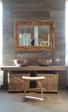 Een robuuste, eigentijdse badkamer in de showroom van Welbie sanitair. Met een spiegel van sprokkel hout, een maatwerk tafelblad met een donkere hout-look van Kerlite tegels, twee ronde waskommen van Cielo in de kleur Anaria en inbouw wastafelmengkranen van Hotbath. Het krukje Sushi en de rieten manden maken deze badkamer helemaal af! Alles is los te bestellen! Klik voor meer informatie over Welbie op bezoeken.  #welbie #groesbeek #badkamer #showroom #creme #bruin #wood #hout #riet #manden…