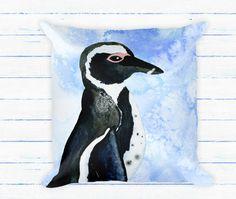Aquarel Pinguin gooien kussen met invoegen. Met de Hand geschilderd Afrikaanse pinguïn kussen zwart en wit op blauwe Frost ijs aquarel achtergrond. Een geweldig cadeau of toevoeging aan de inrichting van uw kamer.  Ontwerp wordt afgedrukt op FRONT EN BACK - een ALLOVER print  Over de illustratie: alle illustraties is ontworpen door mij hetzij als handgeschilderde aquarel illustraties, penseelstreken of texturen of digitale afbeeldingen. Vaak ik Combineer de twee stijlen en trendy maken leuke…