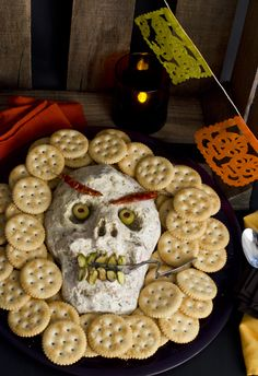Should you like cream cheese, we current you a scrumptious halloween snack. It's a dip of cream cheese, serrano ham and yellow bell pepper with a terrifying style. Excellent to put in your altar Halloween Snacks, Soirée Halloween, Halloween Birthday, Holidays Halloween, Halloween Decorations, Halloween Pretzels, Birthday Dinner Menu, Birthday Dinners, Dip Recetas