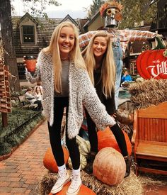 Cute Friend Pictures, Best Friend Photos, Friend Pics, Friend Goals, Cute Fall Pictures, Fall Friends, Cute Friends, Friends List, Halloween Chic