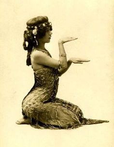 """vintage ⊰ Edythe Lambelle, aka """"La Sylphe"""" was an exotic American dancer who became a sensation while performing at the Folies Bergere in the Mata Hari, Tribal Fusion, Vintage Photographs, Vintage Images, Vintage Cards, Dance Oriental, Oriental Style, Folies Bergeres, The Dancer"""