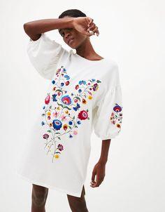 Long full-sleeved sweatshirt with embroidered flowers - Dresses - Bershka United Kingdom Embroidered Sweatshirts, Embroidered Clothes, Embroidered Blouse, Embroidered Flowers, Embroidery On Kurtis, Kurti Embroidery Design, Couture Embroidery, Flower Dresses, Fall Dresses
