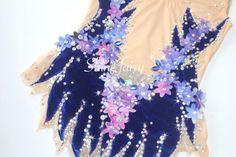 濃い青のストレッチベロアに、マーブルグラデーションの小さなお花の装飾が目立ちます!お花は紺・青・水色・紫系・ピンクのマーブル。ボディ部分たくさんのストーン&クリスタルオーロラ・ストーン等が装飾してあり…