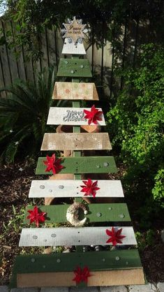 Pallet trees are super easy DIY Christmas decorations that you can make for almost nothing. So if you need some inexpensive rustic holiday decor ideas try these and you can pick up most of the supplies at your local dollar stores Pallet Wood Christmas Tree, Wooden Christmas Crafts, Creative Christmas Trees, Diy Christmas Tree, Rustic Christmas, Christmas Projects, Christmas Snowman, Homemade Christmas Table Decorations, Church Christmas Decorations