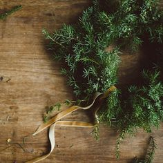 a simple juniper winter wreath #winterwreath #wreathclass #wreathmaking #kranssi #joulukranssi #livefolk #slowliving #simplelife #simpleliving