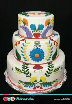 #MiercolesDeGaleria Boda México Pastel de fondant que honra el trabajo de los artesanos mexicanos con una decoración tipo bordado. #catalogoRICORDO #pastel #fondant #fondantcake #boda #pasteldeboda #wedding #weddingcake #mexicanweddingcake #Mexico #AmoMexico