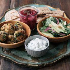 Felafel di ceci e verdure: un gustosissimo piatto vegetariano pratico ed economico, da gustare caldo per non perderne la fragranza. http://lifeg.at/1kgNtCn