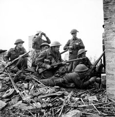 Canadian Highlanders infantry regiment in Italy, 10 Dec in drive for Ortona. The man with binoculars is Platoon Commander McDonald. Canadian Soldiers, Canadian Army, Canadian History, British Army, British Soldier, Military Photos, Military History, Ww2 History, Theme Tattoo