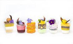 Stáhnout - Zdobené mini jednohubky v plastových kelímků — Stock obrázek #119772820