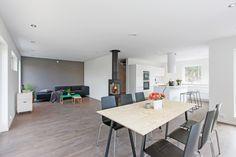 Åpen planløsning, minimalistisk stil og store vinduer skaper en stor romfølelse!