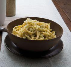 Pici all'etrusca - 3-200 g di farina • 200 g di farina di grano duro • sale. PER LA SALSA: • 1 uovo sodo • 5-6 spicchi d'aglio • 1 ciuffo di prezzemolo • foglie di menta e di basilico • pecorino piccante • olio • sale • pepe