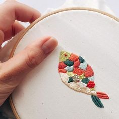 hand embroidery stitches tutorial step by step Simple Embroidery, Modern Embroidery, Embroidery Art, Cross Stitch Embroidery, Embroidery With Beads, Embroidery Stitches Tutorial, Hand Embroidery Patterns, Machine Embroidery Designs, Knitting Stitches