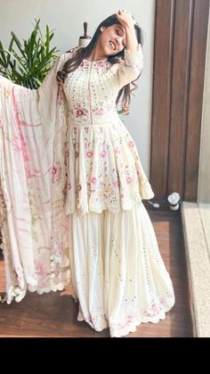 Party Wear Indian Dresses, Designer Party Wear Dresses, Indian Gowns Dresses, Indian Bridal Outfits, Dress Indian Style, Indian Fashion Dresses, Indian Designer Outfits, Beautiful Pakistani Dresses, Pakistani Dresses Casual