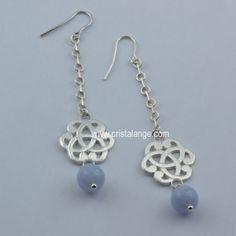 La gamme de bijoux Connection s'élargit avec ces boucles d'oreilles avec perles de pierres fines naturelles, ici la calcédoine bleue. Une pierre bleue pastel, tout en finesse! La calcédoine, une de nos pierres favorites!