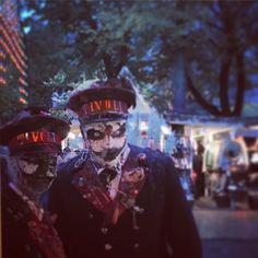 Havde fint (u)hyggeligt visit af to Tivoli-vagter for lidt siden. Der er plads til alle i eventyrhaven - store & små, tykke & tynde, levende & døde... __________________ . Halloween in @tivolicph is never boring. . #halloween #zombie #tivoli