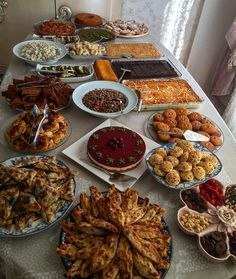 Dinner Party Buffet Table - Food and drinks interests Party Food Buffet, Party Food Labels, Table Party, Dinner Table, Iftar, Plats Ramadan, Comida Diy, Ramadan Recipes, Food Snapchat