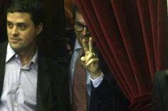 """El diputado nacional por Cambiemos Nicolás Massot quedó registrado por las cámaras, detrás de una cortina, con los dedos en """"V"""""""