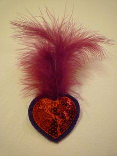 BROCHE CORAZÓN -  Aplique corazón lentejuelas, corazón fieltro y plumas fucsia. Precio: € 5
